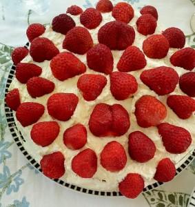 Somrigt med jordgubbstårta.