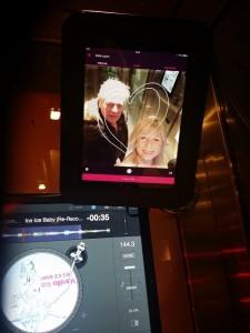 Skojig popmusikhiss med selfie!