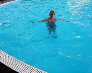 Matte svalkar sig i poolen!