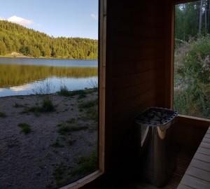 Vilken utsikt från bastun!Husse och matte tog även ett bad i sjön. KAAAAALT!!!